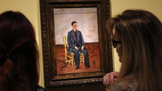 """Self Portrait with Cropped Hair. Demikian judul lukisan yang dibuat Frida Kahlo. Karya seni khas Frida digambarkan oleh inisiator utama gerakan surealis André Breton sebagai """"sumbu bom."""" (REUTERS/Rebecca Cook)"""