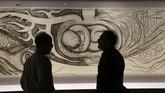 Para staf Detroit Institute of Arts menyiapkan lukisan karya Frida Kahlo dan Diego Rivera untuk dipamerkan pada 15 Maret-12 Juli 2015. Salah satunya, lukisan karya Diego yang dibuat dengan arang ini. (REUTERS/Rebecca Cook)