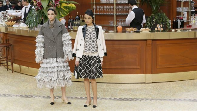 Karl Lagerfeld Ubah Panggung Mode Chanel jadi Restoran Mewah