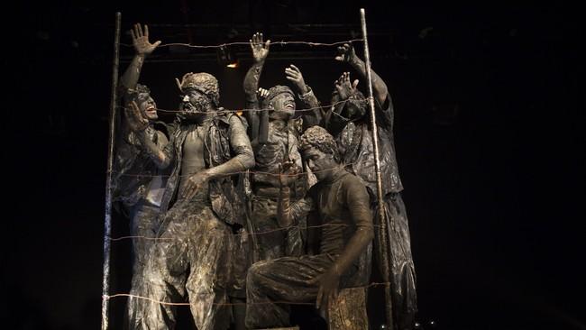 """Lakon Stone, yang dibawakan kelompok Orto-Da di sebuah gedung teater di Tel Aviv, membukakan persepsi baru tentang """"curhat"""" patung batu. (REUTERS/Amir Cohen)"""
