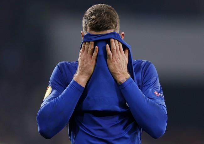 Gelandang Everton, Ross Barkley, hanya bisa menutup muka setelah dikalahkan Dynamo Kiev dengan skor 5-2. (Reuters/Peter Cziborra).