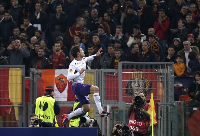 Pemain Fiorentina, Marcos Alonso, merayakan keberhasilan menyarangkan gol ke gawang AS Roma di Stadion Olimpico. (Reuters/Max Rossi)