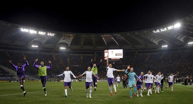 Para pemain Fiorentina merayakan kesuksesan mereka menundukkan tuan rumah AS Roma 3-0 dan lolos ke perempat final Liga Eropa. (Reuters/Max Rossi)