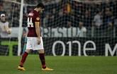 Penggawa AS Roma Kostas Manolas meninggalkan lapangan di akhir pertandingan melawan Fiorentina. Pada laga 16 Besar Liga Eropa tersebut, tim asuhan Rudi Garcia dipermalukan 0-3 di Stadion Olimpico, Roma. (Reuters/Max Rossi)