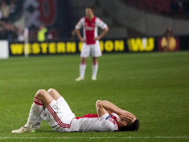 Pemain Ajax Amsterdam, Nic Viergever, terbaring lesu setelah disingkirkan Dnipro Dnipropetrovsk di hadapan pendukungnya sendiri di Amsterdam. (Reuters/Michael Kooren)