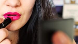 3 Masalah Menyebalkan yang Dialami Wanita Bermake-up