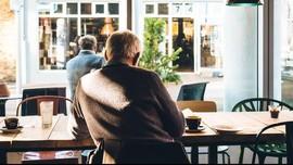 'Topi Baling-baling', Siasat Jaga Jarak Fisik ala Kafe Jerman