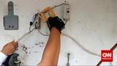 Petugas memutuskan aliran listrik menggunakan peralatan khusus dalam rangkaian penertiban.