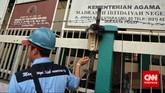 Petugas PLN melakukan penertiban aliran listrik liar, di kawasan Johar Baru, Jakarta, Rabu, 25 Maret 2015.