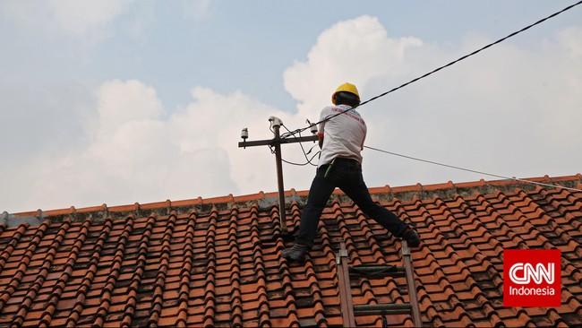 Petugas PLN memutus aliran listrik liar, disalah satu sekolah di kawasan Johar Baru, Jakarta.