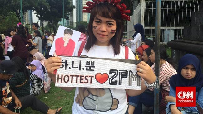 Icha (24), penggemar 2PM, rela mengantre sejak pukul sembilan pagi demi menyaksikan konser 2PM di Jakarta (28/3). Tak lupa membawa pernak-pernik sang idola, dari bando sampai poster.