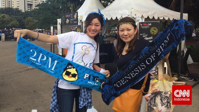 Rin (30) dan Mariko (30) banggamemamerkan merchandise 2PM koleksi mereka. Keduanya adalah warga Jepang yang sudah dua tahun menetap di Indonesia.