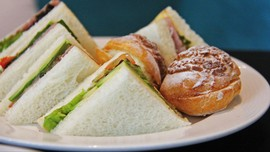 Paduan Mayones dan Selai Kacang dalam Sandwich