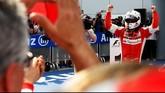 Sebastian Vettel akhirnya keluar sebagai juara dalam GP Malaysia di sirkuit Sepang, Minggu (29/3). Ia mengakhiri balap dengan catatan waktu 1:41:05.793 . Di belakangnya adalah Lewis Hamilton (plus 00:08.569) dan Nico Rosberg (plus 00:12.310). (Getty Images/Lars Baron)