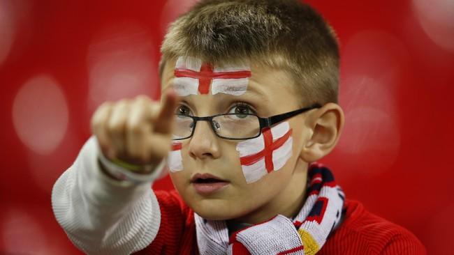 Tak hanya pendukung dewasa, suporter cilik pun datang ke stadion kebanggaan masyarakat Inggris yang baru selesai direnovasi pada 2007 tersebut. (Reuters/John Sibley)