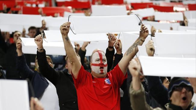 Seorang pendukung Inggris bernyanyi ketika The Three Lions menghadapi Lithuania di Stadion Wembley dalam lanjutan Kualifikasi Piala Eropa 2016 pada Sabtu (27/3). (Reuters/Carl Recine)