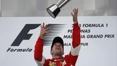 Di Podium, usai menerima piala Sebastian Vettel mengatakan dirinya seolah kehabisan kata atas kemenangannya di Malaysia. Ia hanya menyatakan dirinya senang dan bangga mengalahkan duo Mercedes dengan jujur dan adil.(Reuters/Olivia Harris)