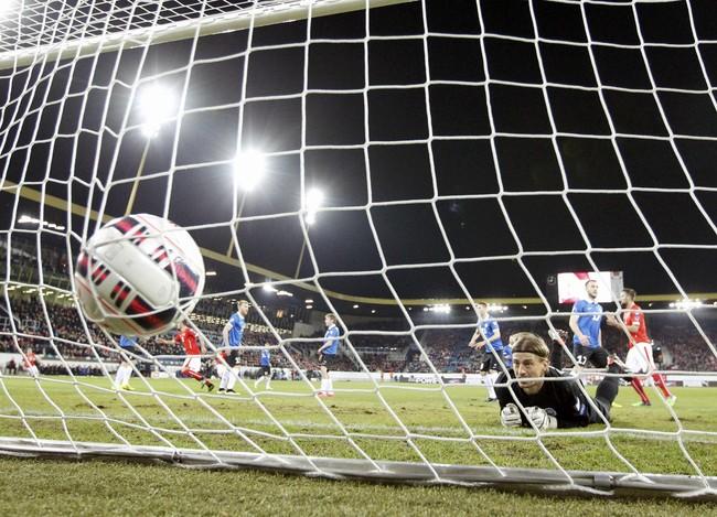 Penjaga gawang Estonia, Sergei Pareiko, hanya bisa melihat bola yang mengoyak gawangnya ketika Estonia ditundukkan Swiss 0-3. (Reuters/Ruben Sprich)