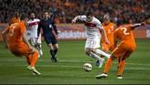 Pemain Turki, Yilmaz Burak, dihadang para penggawa Belanda. Turki sukses menahan imbang tim tuan rumah dengan skor 1-1 dengan Burak mencatatkan diri sebagai pencetak gol. (Reuters/Michael Kooren)