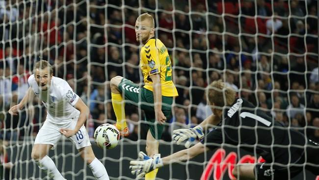 Tak hanya Rooney, Harry Kane sukses mencatatkan namanya sebagai pencetak skor. Baru dimasukkan di menit ke-72, Kane langsung menjebol gawang lawan 80 detik kemudian. (Reuters/John Sibley)