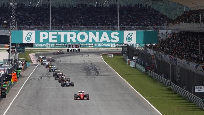 Sebastian Vettel (depan) berhasil memimpin balap berkat strategi masuk pit ketika bendera kuning berkibar pada lap keempat setelah pembalap Sauber, Marcus Ericsson, tergelincir. Sejak saat itu hingga lap ke-56, Vettel terus memimpin sementara Hamilton dan Rosberg terus memburunya. (Reuters/Olivia Harris)