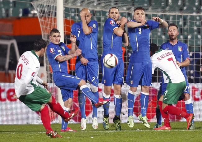Italia ditahan imbang Bulgaria dengan skor 2-2. Dalam foto ini, terlihat Ivelin Popov berusaha menjebol gawang Salvatore Sirigu melalui tendangan bebas. (Reuters/Stoyan Nenov)