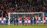 Selain Inggris, Swiss pun mencatatkan kemenangan yaitu dengan skor 3-0 melawan Estonia. Di akhir pertandingan, para pemain merayakan kemenangan tersebut dengan para pendukung.(Reuters/Arnd Wiegmann)