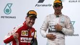 Bagi Vettel (kiri) sendiri kemenangan di Malaysia itu adalah sebuah prestasi karena dapat mendobrak dominasi duo Mercedes, Lewis Hamilton (kanan) dan Nico Rosberg sepanjang musim lalu dan seri balap pertama 2015 di Australia (Reuters/Olivia Harris)
