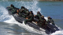 Marinir Evakuasi Korban Tewas Mobil Tercebur di Kali Brantas