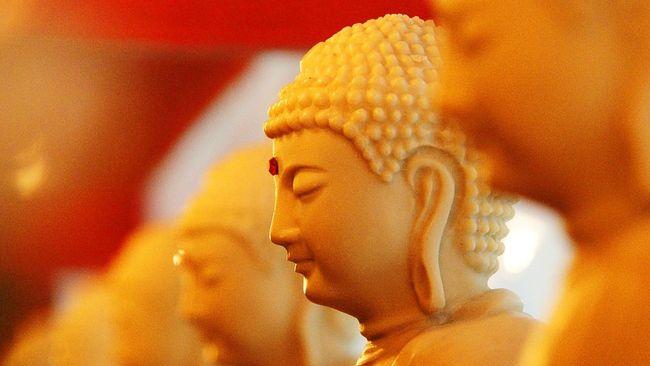 'Buddha' Menyembul dari Dalam Air di China