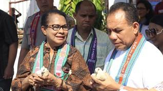 Menteri Yohana Bantu Promosi Sepatu dan Batik dari Dolly