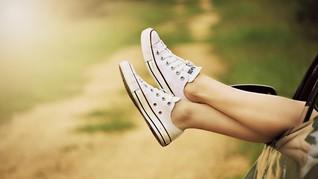 <i>Sneakers</i> Berbahan Plastik Daur Ulang