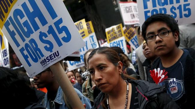 Dalam demonstrasi ini, para buruh mengeluhkan bahwa upah yang mereka terima tidak manusiawi dan tidak dapat mengeluarkan mereka dari kemiskinan. Mereka berencana untuk bergabung dan membentuk serikat buruh.(Reuters/Shannon Stapleton)