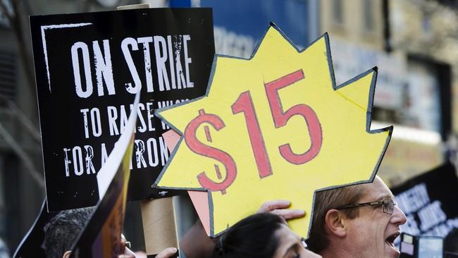 Ratusan buruh restoran makanan cepat saji berdemonstrasi di gerai restoran McDonald's, menuntut kenaikan upah minimun menjadi US$15 atau Rp193 ribu per jam di New York, Rabu (15/4). (Reuters/Lucas Jackson)