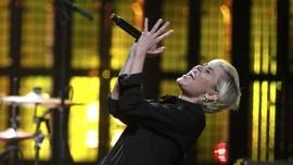 Nyamannya Miley Cyrus dalam 'She Is Coming'