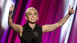 Alam Semakin Rusak, Miley Cyrus Tunda Kehamilan