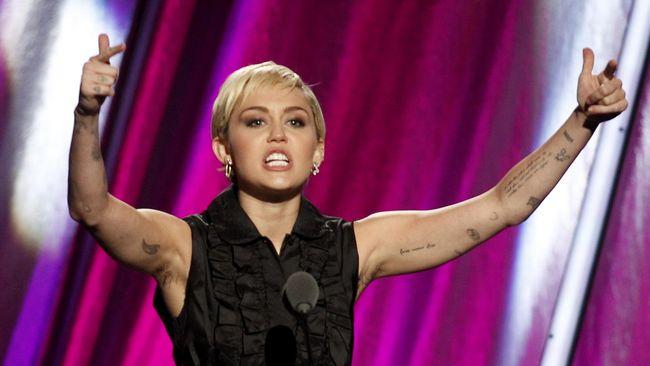 Miley Cyrus Pamer Cincin Ke-dua dari Liam Hemsworth