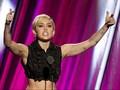 Miley Cyrus Galang Dana Demi Bantu Anak Imigran di AS