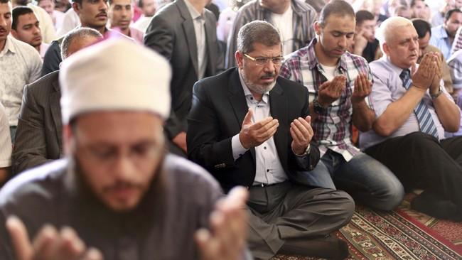Di awal kemenangannya, Mursi menjanjikan agenda Islamis moderat untuk membawa Mesir menuju era demokrasi baru, di mana otokrasi digantikan oleh pemerintahan yang transparan dan menghormati hak asasi manusia.(Reuters/Suhaib Salem)