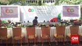 Deretan kursi utama untuk tamu negara peserta Konferensi Asia-Afrika. Gala dinner atau jamuan makan malam untuk para delegasi berlangsung malam ini, Rabu (22/4), di halaman tengah Kompleks Istana Kepresidenan antara Istana Negara dan Istana Merdeka. (CNN Indonesia/Resty Armenia).