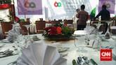 Peralatan makan ditata apik di meja. Gala dinner atau jamuan makan malam bagi para tamu negara peserta Konferensi Tingkat Tinggi Asia-Afrika akan berlangsung malam ini, Rabu (22/4), di halaman tengah Kompleks Istana Kepresidenan antara Istana Negara dan Istana Merdeka. (CNN Indonesia/Resty Armenia).