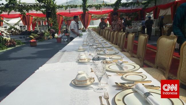 Peralatan makan ditata apik di meja utama berukuran 40 meter untuk para tamu negara peserta Konferensi Tingkat Tinggi Asia-Afrika. Gala dinner atau jamuan makan malam akan berlangsung malam ini, Rabu (22/4), di halaman tengah Kompleks Istana Kepresidenan antara Istana Negara dan Istana Merdeka. (CNN Indonesia/Resty Armenia).