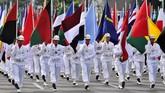 Prosesi napak tilas atau historical walk diawali dengan iring-iringan pasukan TNI yang membawa bendera berbagai negara peserta Konferensi Asia-Afrika. (Antara/Yudhi Mahatma)