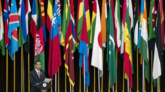 Seusai Ridwan Kamil berpidato, giliran Presiden Jokowi yang menyampaikan pidato penutupan peringatan 60 tahun Konferensi Asia Afrika. Pidato Jokowi berisi pesan menggelorakan Semangat Bandung kepada para pemimpin negara Asia dan Afrika. (Antara/M Agung Rajasa)