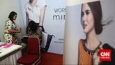 Salah satu stand perusahaan yang ikut serta dalam pameran bursa kerjadi Balai Kartini, Jakarta, Jumat (24/4).(CNN Indonesia/Safir Makki)