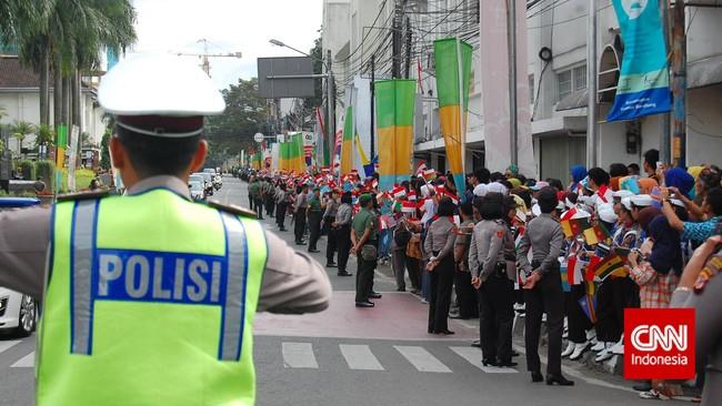 Sedari pagi, warga Bandung bersiap menyambut rombongan kepala negara dan delegasi negara yang akan melakukan napak tilas pada Konferensi Tingkat Tinggi Asia-Afrika di Bandung, Jumat (24/4). (CNN Indonesia/Gilang Fauzi)