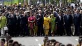 Sekitar pukul 09.17, rombongan kepala negara dipimpin oleh Presiden Jokowi beserta ibu negara Iriana memulai napak tilas dariHotel Savoy Homann menuju Gedung Merdeka. (Reuters/Achmad Ibrahim/Pool)