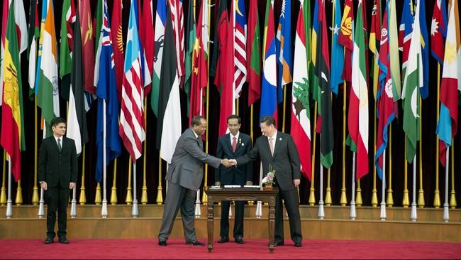Acara dilanjutkan dengan penandatanganan Pesan Bandung olehPresiden Republik Rakyat Tiongkok Xi Jinping (kanan) berjabat tangan dengan Raja Swaziland Mswati III (kiri), disaksikan olehPresiden Joko Widodo (tengah). (Antara/M Agung Rajasa)