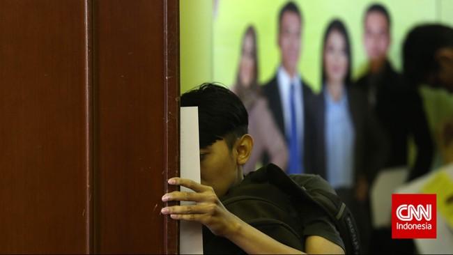 Pencari kerja mencermati dengan seksama papan pengumuman lowongan pekerjaan di pameran bursa kerja di Balai Kartini, Jakarta, Jumat(24/4). (CNN Indonesia/Safir Makki)