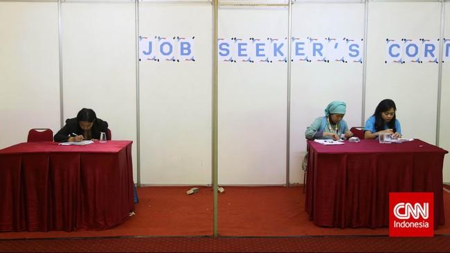 Para pencari kerja mengisi formulir saat pameran bursa kerja di Balai Kartini, Jakarta, Jumat (24/4). (CNN Indonesia/Safir Makki)